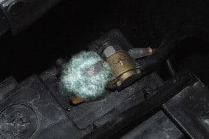 Du sulfate sur une cosse de batterie
