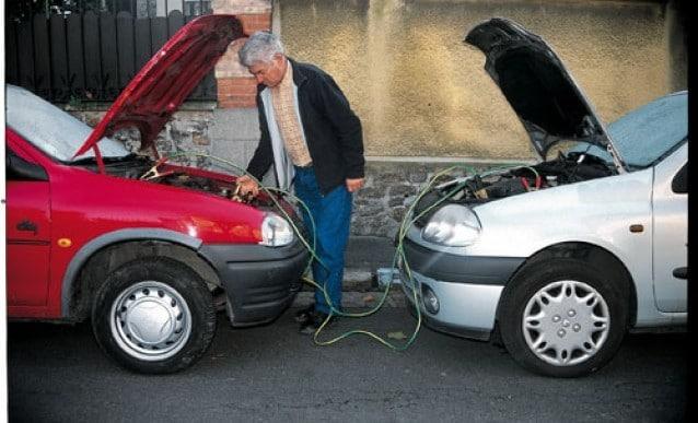 Démarrer une voiture avec des cables de démarrage