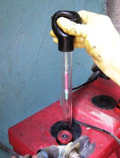 Tester une batterie à l'aide d'un pèse-acide