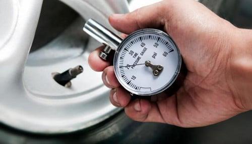 Vérifier la pression des pneus au manomètre